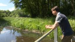 Jeroen Tempelaars van het Waterschap Brabantse Delta bij de Turfvaart in Breda (foto: Raoul Cartens).