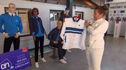 Shirley Schijvens toont de oude kleding die verwerkt wordt.