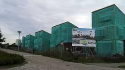 De onafgebouwde huizen worden waarschijnlijk in het najaar afgebroken (foto: Ferenc Triki)