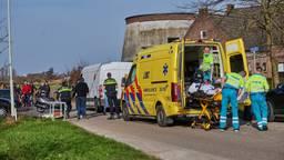 De pakketbezorger is met een ambulance naar het ziekenhuis gebracht (foto: Tom van der Put/SQ Vision).