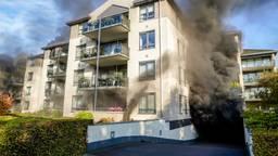 De brand woedt onder een appartementencomplex (foto: Marcel van Dorst/SQ Vision).