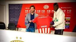 Ibrahim Sangaré poseert met technisch manager John de Jong van PSV (foto: Lesviolets.com).
