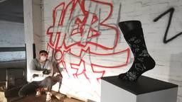 Graffiti kunstenaar Dennis heeft het ontwerp voor de sok gemaakt.