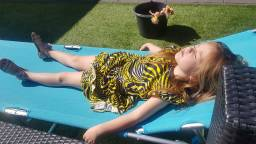 De dochter van Ilona ligt lekker te zonnen in de tuin in St. Willebrord (foto: Ilona Brouwers - de Rooij).