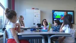 Tijdens de zomervakantie zitten deze kinderen gewoon in de klas. (foto: Eva de Schipper)