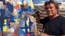 Rob van Daal werkt aan een van zijn schilderijen (foto: Erik Peeters).