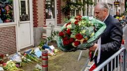 Peter Schouten legt bloemen neer (foto: Robin Utrecht/ANP)