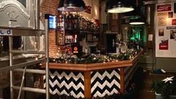 Het café wordt omgebouwd tot kersttruienwinkel, daarvoor zijn de voorbereidingen in volle gang