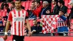 Supporters tijdens de wedstrijd PSV-FC Groningen in april (foto: ANP/Olaf Kraak).