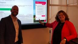 Projectleider Harvey van der Meer en burgemeester Marina Starmans met chatbot Gem (foto: Tom van den Oetelaar).