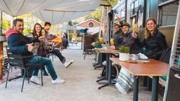 In alle vroegte op het terras in Tilburg (foto Sanne Stenvert).