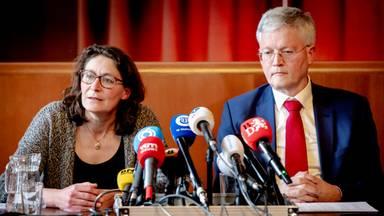 GGD-arts Ariene Rietveld naast burgemeester Theo Weterings van Tilburg (foto: ANP).
