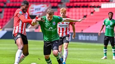 Ibrahim Sangare van PSV in duel met Rico Strieder van PEC Zwolle. Foto: OrangePictures.