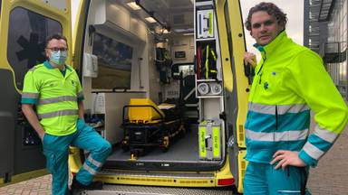 Ambulancewerkers Arie de Fijter (42, links) (en Vincent van der Dussen (43, rechts) in hun post in Waalwijk.