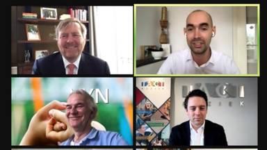Koen Dijkstra (rechtsboven) in gesprek met Koning Willem-Alexander (linksboven)