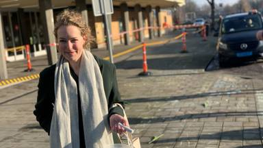 Renee Scheepers met stoepkrijt voor het station (Foto: Eva de Schipper).