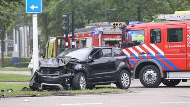Bij een botsing tussen twee auto's in Den Bosch is zondagochtend een van de bestuurders om het leven gekomen.