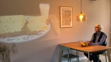 De projectie van een boterham op de muur betekent dat je moet gaan eten.