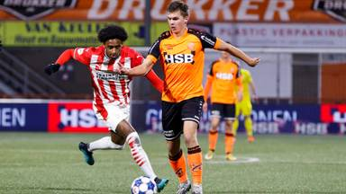PSV wint moeizaam van Volendam (foto: Marcel van Drost).