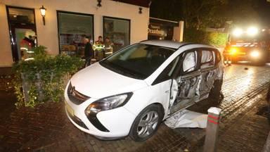De jongen liet de auto na het ongeluk achter op de Dorpsstraat in Esch (foto: Bart Meesters).