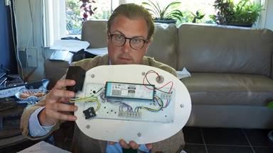 Sven-Ake Hulleman demonteert een lantaarnpaal (Foto: YouTube).