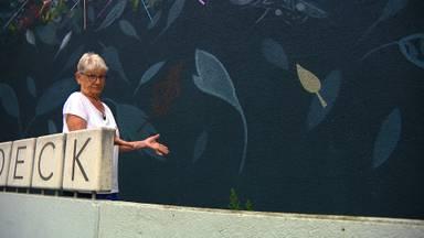 Nelly (81) is boos want een prachtige muurschildering op haar flatje moet alweer weg