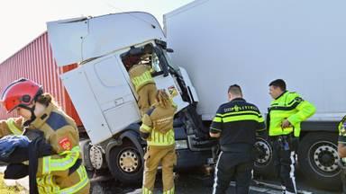 De twee vrachtwagens zijn tegen elkaar aan gebotst.