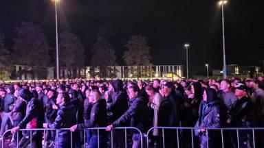 Fans staan dicht op elkaar (foto: Noël van Hooft).