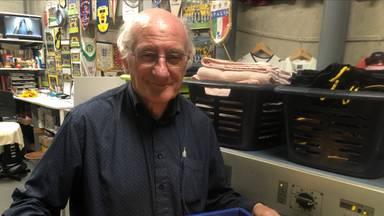 Materiaalman Ben van Bilzen van NAC werkt vijftig jaar bij de club en viert zijn 75e verjaardag.