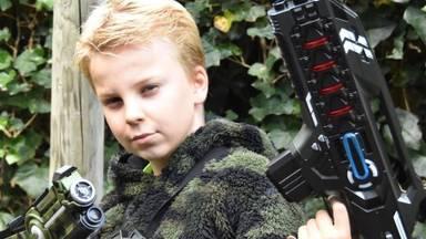 De 10-jarige ondernemer Mats Donkers verhuurt laserguns.