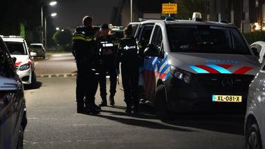 Agenten in overleg in Roosendaal (foto: Jeroen Stuve/SQ Vision).