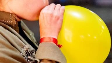 Lurken aan een lachgasballon (foto: ANP).