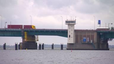 Het beweegbare gedeelte van de Haringvlietbrug (foto: Erik Peeters).