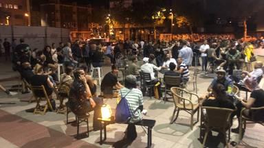 Op het Stadhuisplein in Eindhoven verrees vrijdag na middernacht een alternatief terras (foto: Imke van de Laar).
