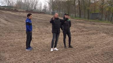 Organisator Dollevoet met de coureurs Coldenhoff en Van de Moosdijk in Oss (foto: Omroep Brabant).