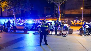 Politie veegt Stadhuisplein in Eindhoven schoon nadat jeugd zich tegen agenten keert