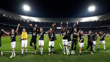 Spelers van NAC vieren feest na een 0-2 zege op Feyenoord, volgend seizoen weer mogelijk?