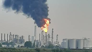 Affakkelen door Shell in Moerdijk. (Foto: @Peter2310 / Twitter)