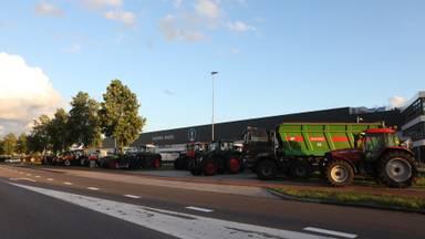 Tientallen landbouwvoertuigen blokkeren Kuehne + Nagel in Veghel (foto: Sander van Gils/SQ Vision Mediaprodukties).
