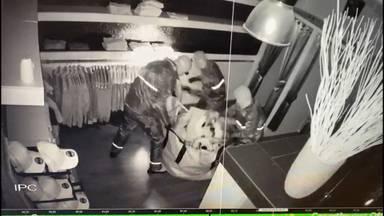 Drie daders roven rek met dure jassen leeg (beeld: Bartufique).