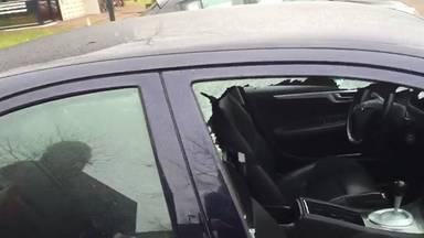 Een auto met ingeslagen ruit (niet de auto uit het verhaal).