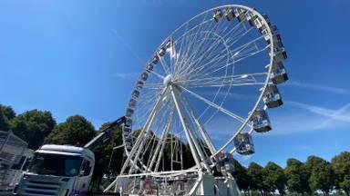 Het reuzenrad wordt opgebouwd (foto: Jan Peels).