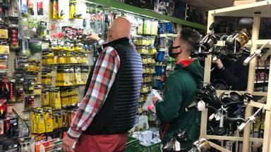 Ad van Zon helpt een klant in zijn winkel (Foto: René van Hoof)