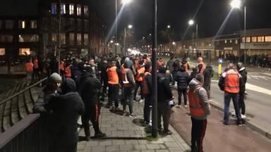 Een groep supporters met oranje hesjes in Den Bosch dinsdagavond (foto: Omroep Brabant)