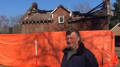 Noud bij het afgebrande huis van zijn buurvrouw.