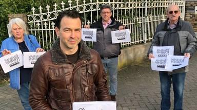 Dini, Yvo, Wil en Hans zijn fel tegen (foto: Tom van den Oetelaar).