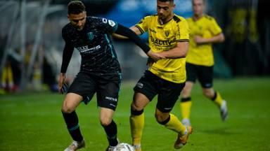 Verdediger Ahmed Touba in de strijd om de bal