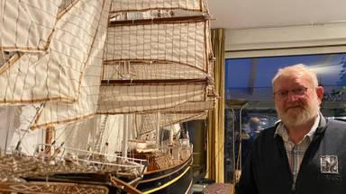 Pieter Hendriks met een van zijn modelboten