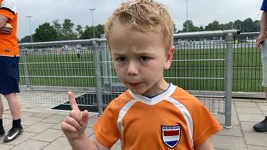 Senn van Poppel (4) uit Dommelen legt de belangrijkste voetbalregels uit