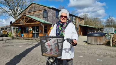 Trudy Roest (81) bij de ingang van de camping (foto: Noël van Hooft)